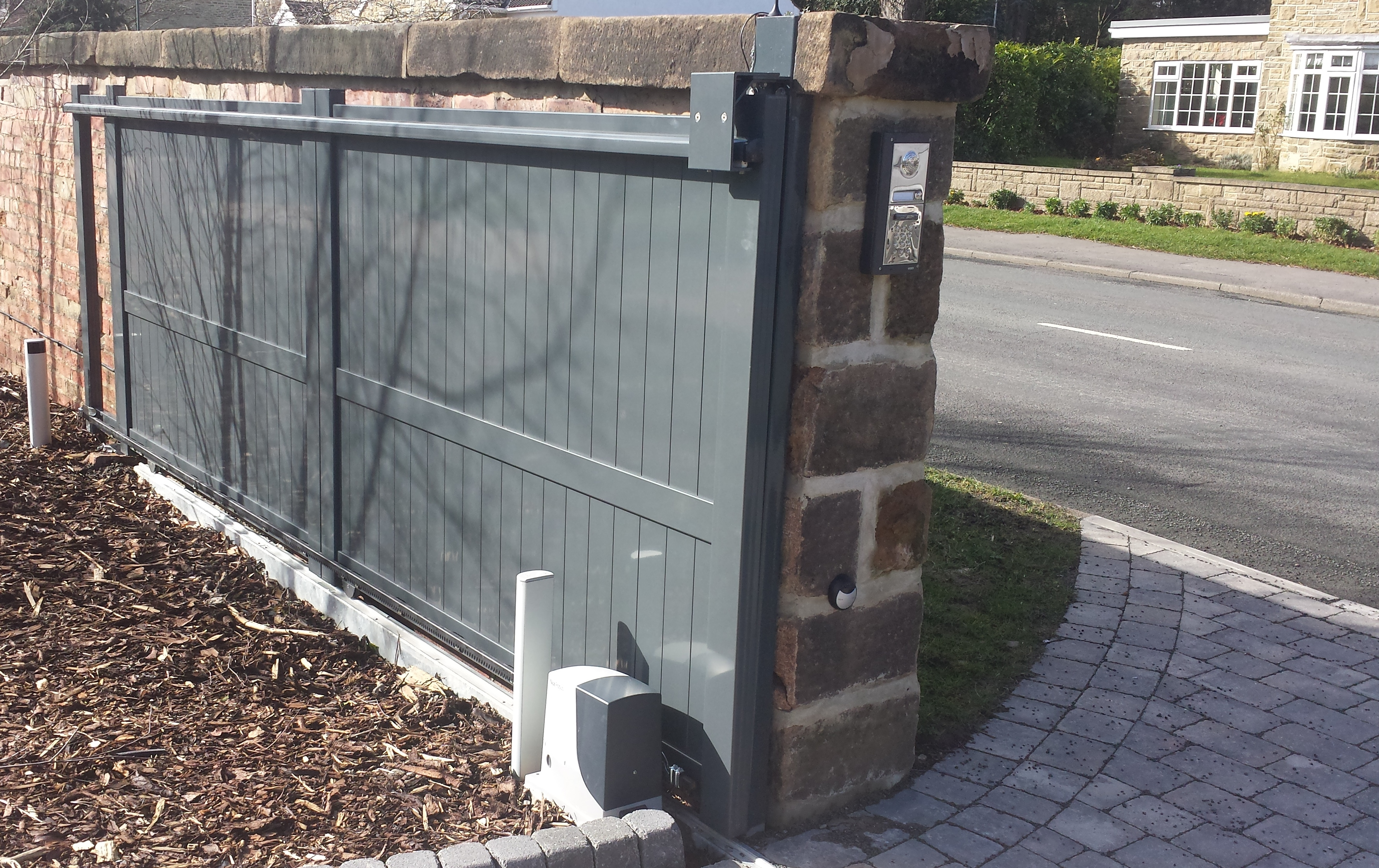 Aluminium sliding gates by Linkcare