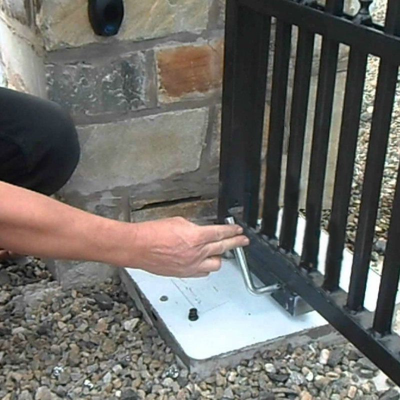 Manual release system for automatic gates