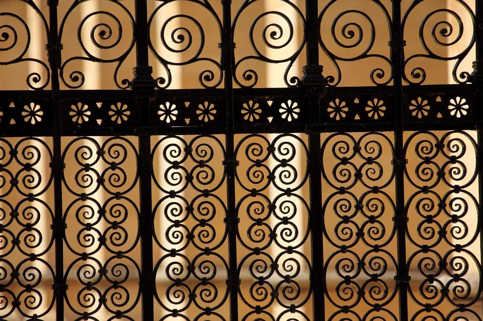 A pattern on a metal gate