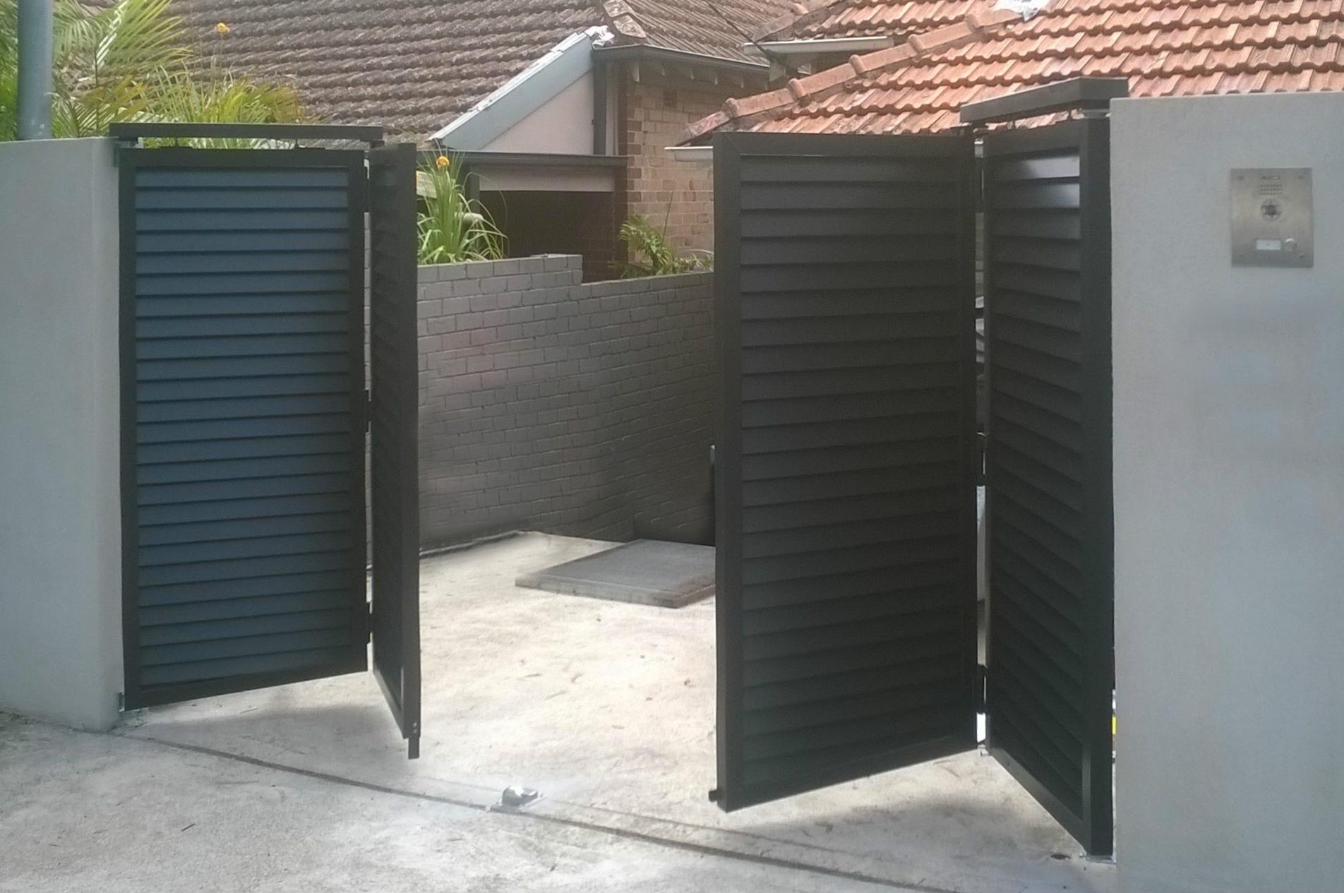 Bi-fold automatic driveway gates