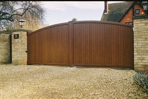 Aluminium automated gate with wood finish