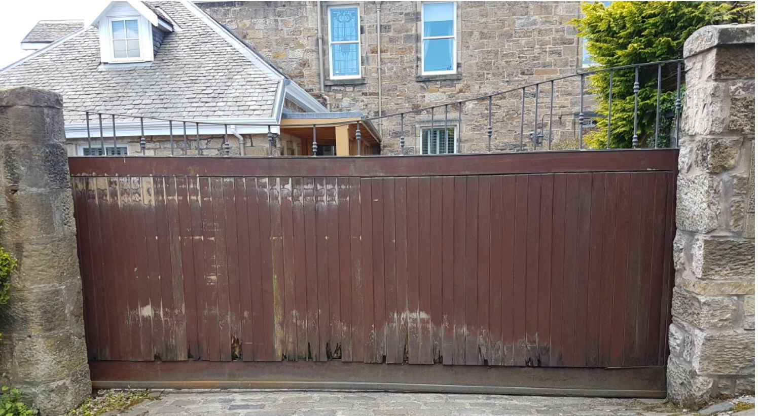 rotting wooden gate to be replaced with aluminium gate
